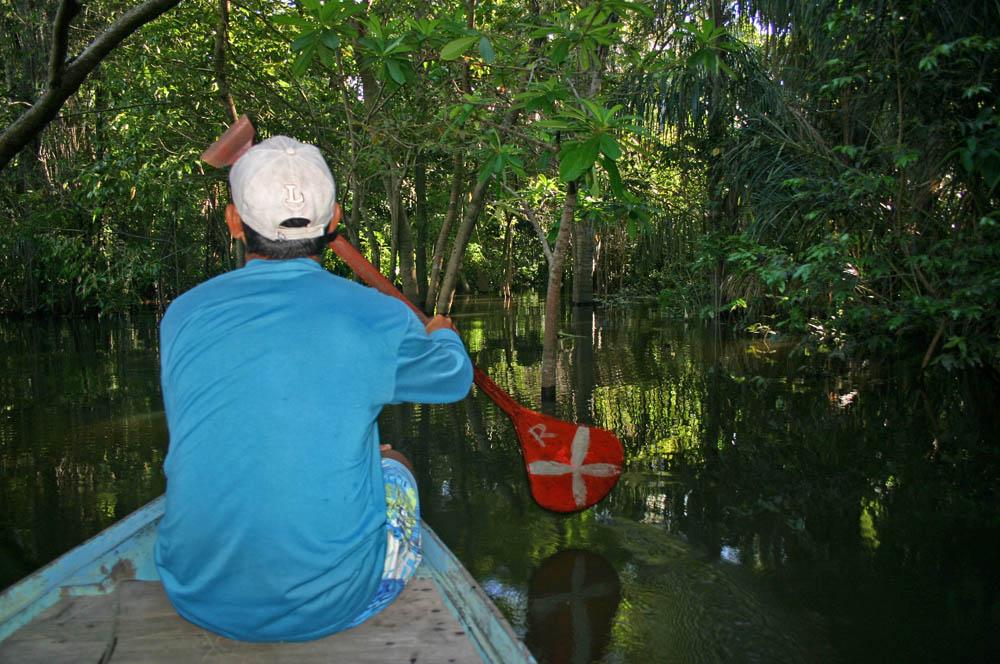 Indígenas produzem sandálias com látex da Amazônia e vendem